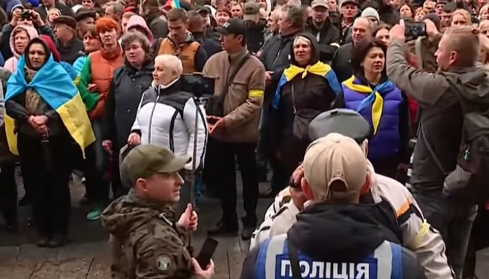 Под Офисом президента украинцы требуют отставки министра. Фото: YouTube
