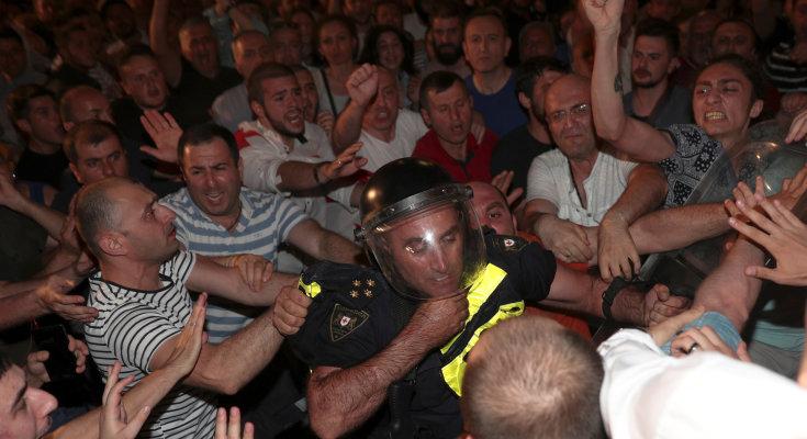 """""""Как можно стрелять в молодых..."""": в Грузии вспыхнула новая волна протестов, озвучен ультиматум"""