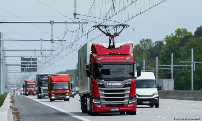 В Германии запустили электрический автобан. Грузовикам прикрепили «рога» для электросети