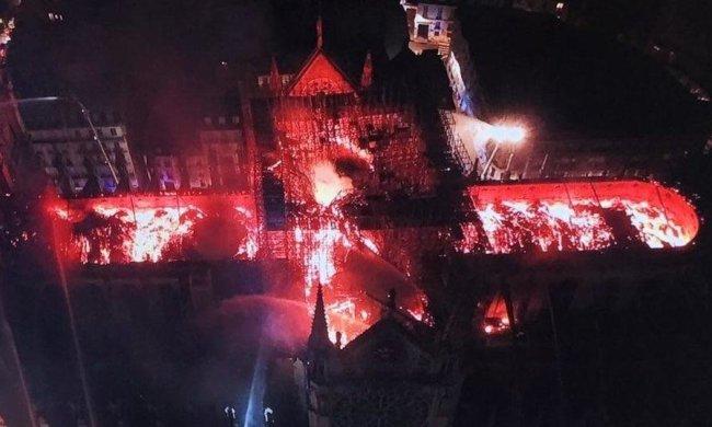 Христианские реликвии из горящего собора Парижской Богоматери спас священник