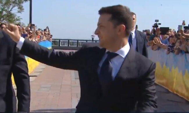 Инаугурация Зеленского: президент вышел в народ с двумя телохранителями
