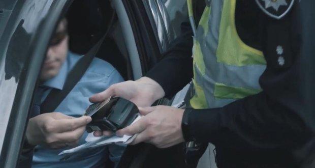 Полиция может остановить транспорт без причины. Фото: скрин youtube
