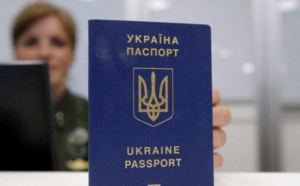 Украинский паспорт. Фото: Youtube