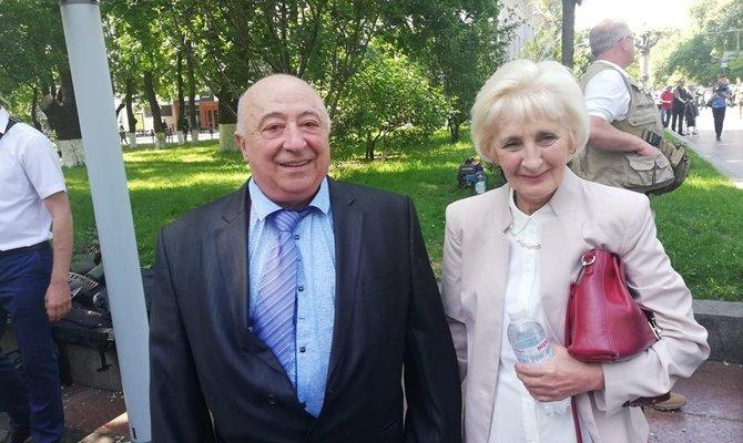 Как живут родители Зеленского: много красного, советские ковры и старенький Ланос папы. Фото