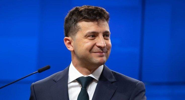 Зеленский обратился к украинцам, сидя за рулем роскошного электромобиля. Видео