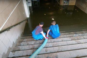 Комунальні служби викачують воду зі станції метро. Фото: YouTube, скрін
