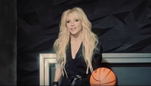 Певица. Фото: скриншот YouTube.