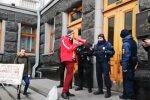 """Активисты под стенами Офиса президента устроили """"кровавый"""" перформанс. Фото: скрин YouTube"""