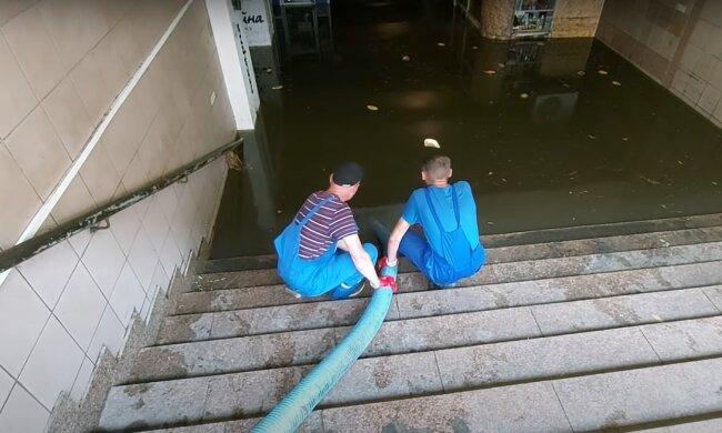 Коммунальные службы выкачивают воду со станции метро. Фото: YouTube, скрин