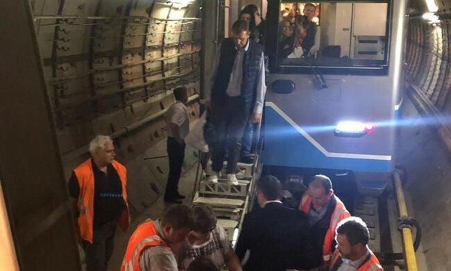 Два поезда московского метро оказались в подземной ловушке. Родственники молятся, чтобы все выжили