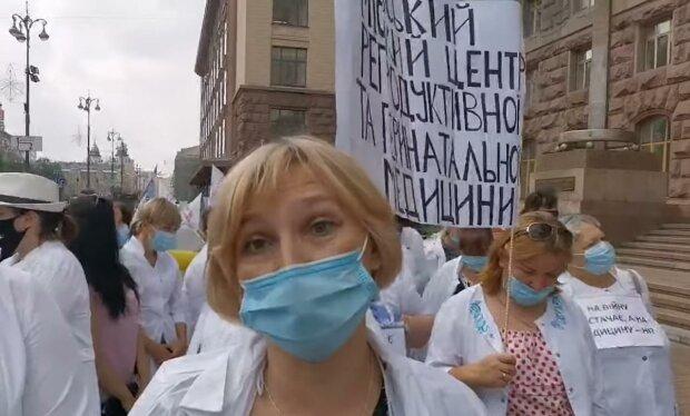 Протест медиків під київською мерією.  Фото: скрін youtube