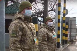 На украинской границе не только проверяют документы, но и меряют температуру. Фото: скриншот YouTube