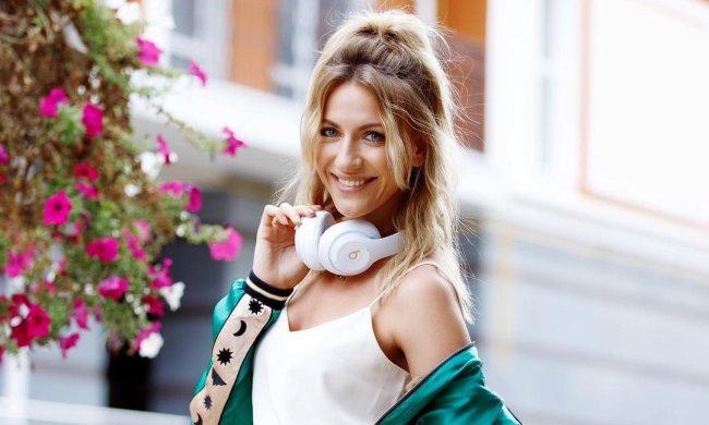 """""""Зеленский фоткал"""": Леся Никитюк позировала возле Одесской трассы с обнаженными плечами"""