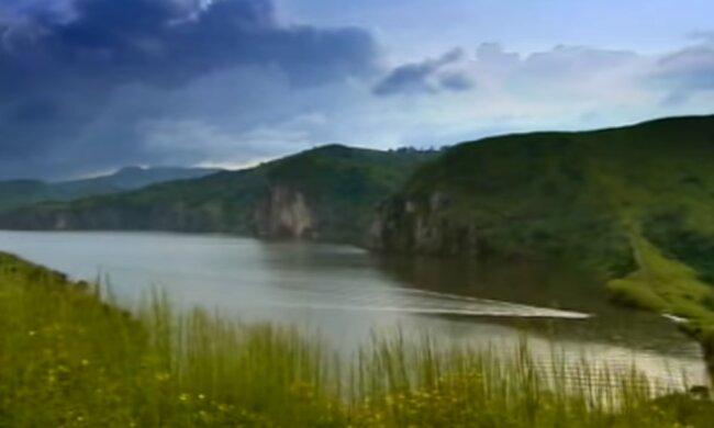 Озеро тысячи душ: как выглядит самый опасный в мире водоем. Фото: скриншот YouTube