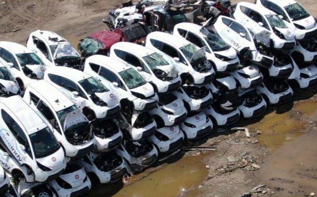 В США десятки электромобилей выбросили на свалку