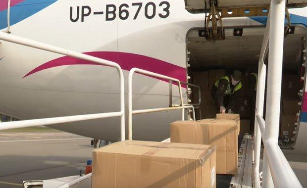 В Украину из Китая доставили гуманитарную помощь для борьбы с эпидемией. Фото: скриншот YouTube