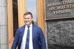 Безумное декольте, роскошные девахи: в сеть выставили, как глава офиса Зеленского гульбенил на День Независимости