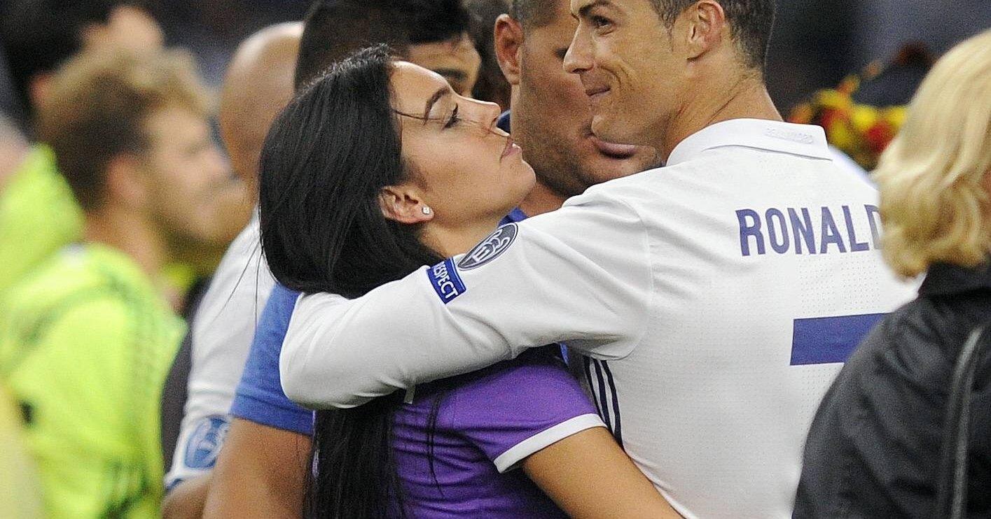 что видео тренер футбола изменяет жене с девушкой ебучка большими дойками